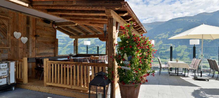 Fra hotellets terrasse er der udsigt over Zillertal-dalen, hvor I samtidig kan nyde forfriskninger.