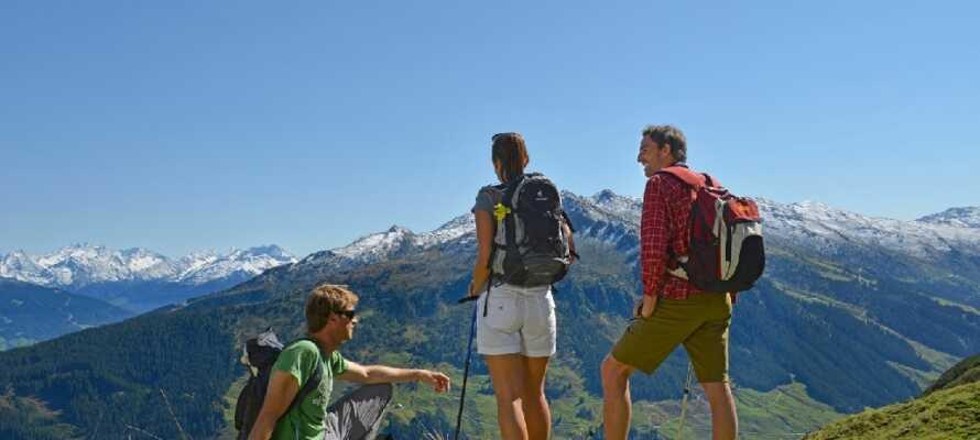 Hotellet ligger kun 5 min. gang fra Spieljochbanen, så I kan tage på vandretur i de smukke bjerge