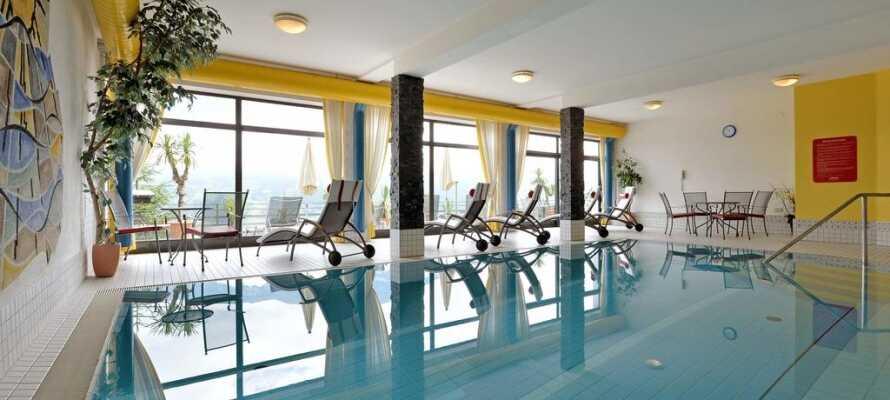Fra hotellets indendørs pool har I en flot udsigt over Zillertal-dalen.