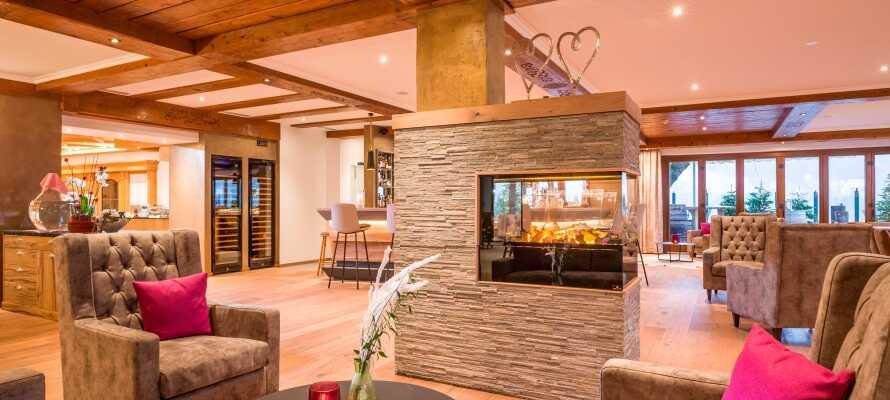 På hotellet kan I nyde en drink i baren eller slappe af foran pejsen med en kop kaffe