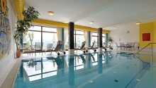 Hotellets indendørs pool med udsigt over Zillertal-dalen.