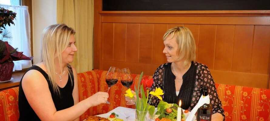 Efter en oplevelsesrig dag i området, kan I nyde en hyggelig stund, god mad og et dejligt glas vin.