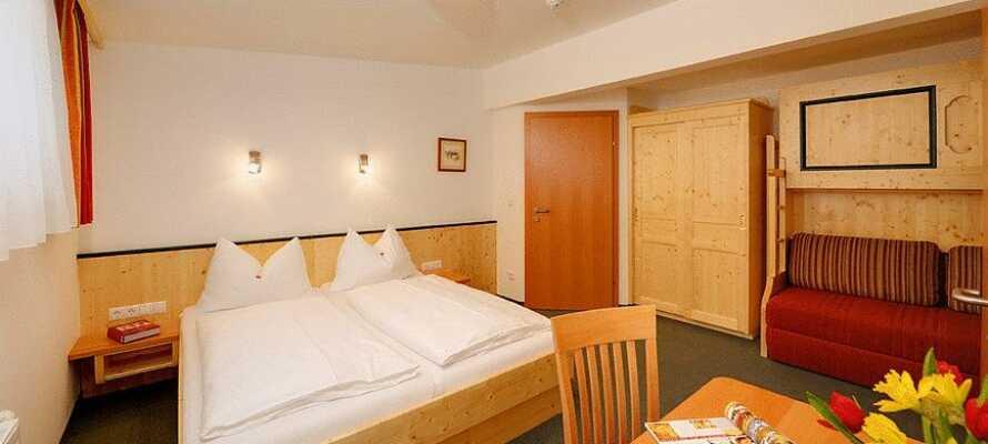 Hotellets værelser er hyggeligt indrettet og skaber en god base for Jeres ferie i Østrig.