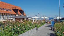 Hotel Siemsens Gaard har en suveræn beliggenhed ned til Svaneke Havn på Bornholm
