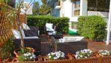Nyd de dejlige omgivelser på terrassen