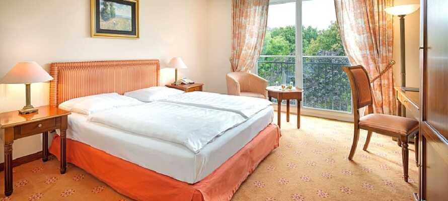 Hotellets værelser er lyse og enkelt indrettet og er en god base for jeres ophold i Berlin
