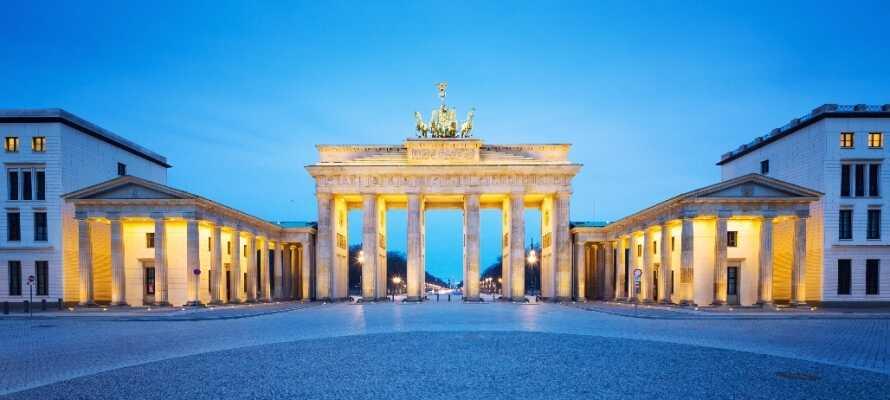 Erleben Sie die Wahrzeichen, z. B . das Brandenburger Tor, den Fernsehturm, die Berliner Mauer und den Checkpoint Charlie.