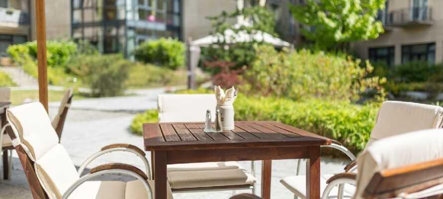Gönnen Sie sich ein gutes Frühstück oder ein leichtes und erfrischendes Mittagessen und genießen Sie die schöne Terrasse.