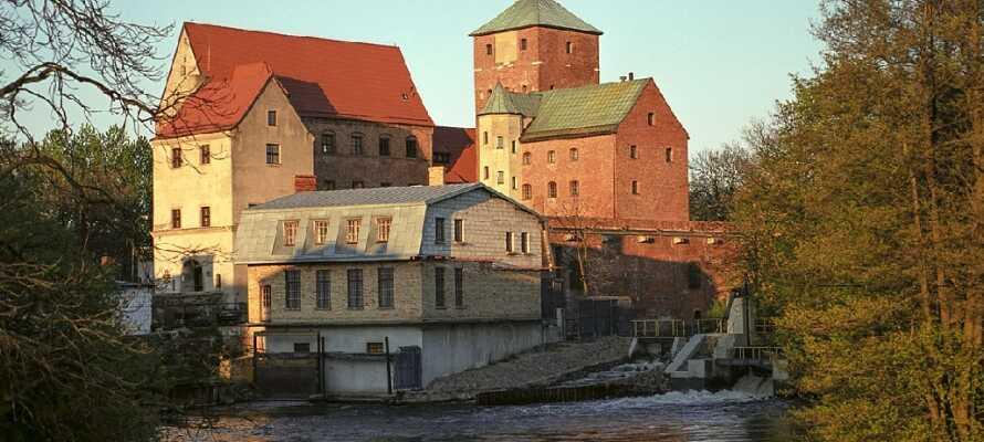Gå en tur i den hyggelige by, og besøg det imponerende slot, som i dag fungerer som museum.