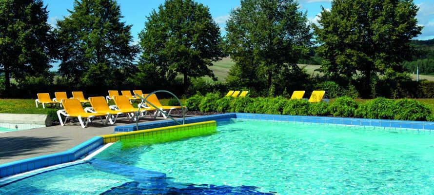 Hotellet har en wellness-afdeling med forskellige bade, saunaer og en indendørs og en udendørs pool.