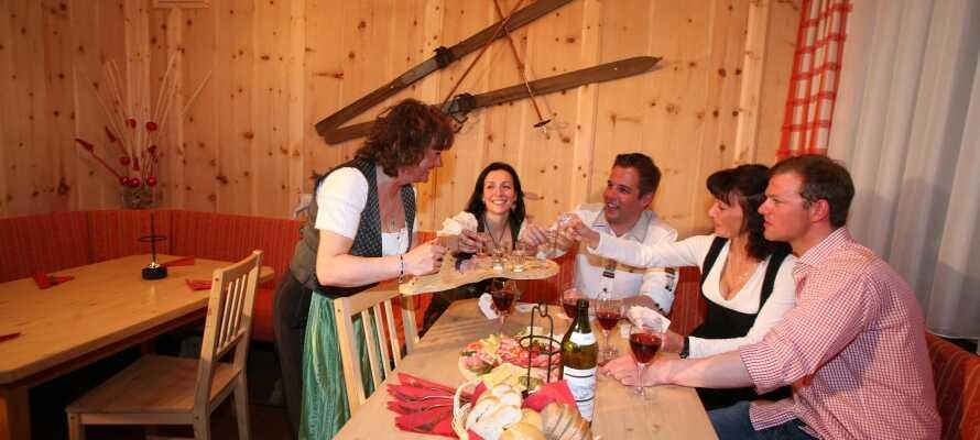 Om aftenen kan I spise middag i hotellets traditionelle restaurant og nyde en drink i baren