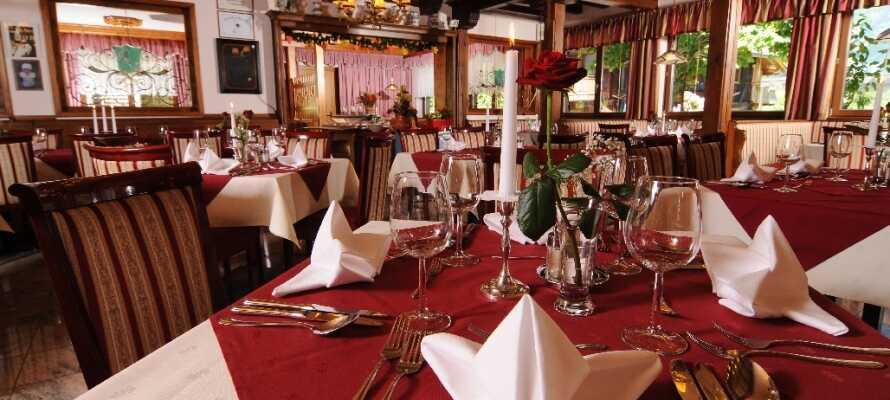 Efter en lang dag i naturen kan I nyde lokale specialiteter og god øl i hotellets hyggelige restaurant