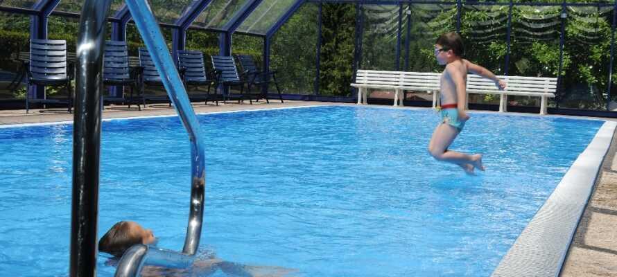 Udnyt den friske pool eller slap af i en liggestol efter en aktiv dag