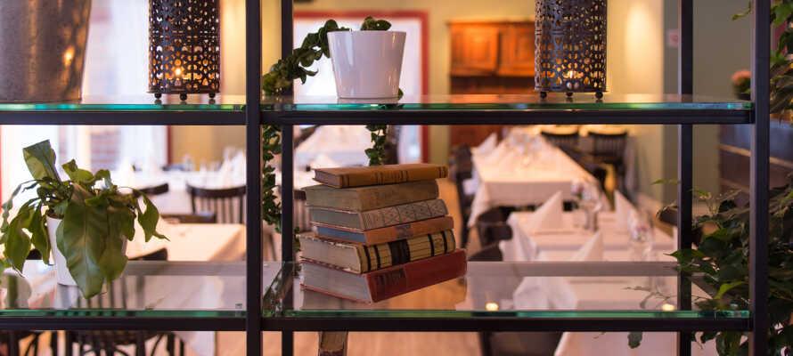 Nyd en drink eller få jer lidt godt at spise i den hyggelige Jegerstugu Cafe & Bar, eller begge dele, det er jo ferie.