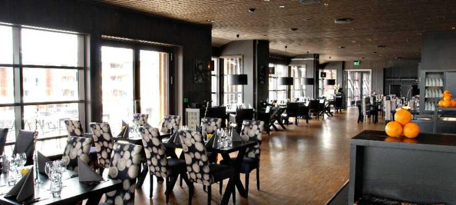 Nyt en god middag i hotellets moderne restaurant.