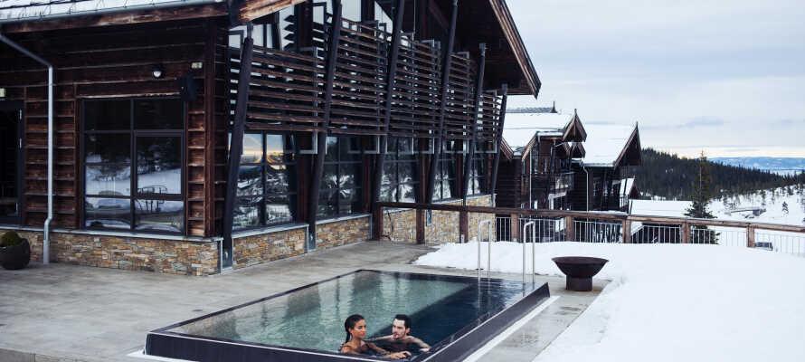 Finn roen i hotellets spa-avdeling med både innendørs- og utendørsbad – perfekt etter en lang dag i løypene.