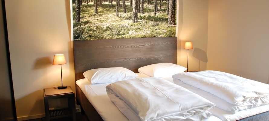 I bliver indkvarteret på smagfulde værelser med moderne design inspireret af den omkringliggende natur.