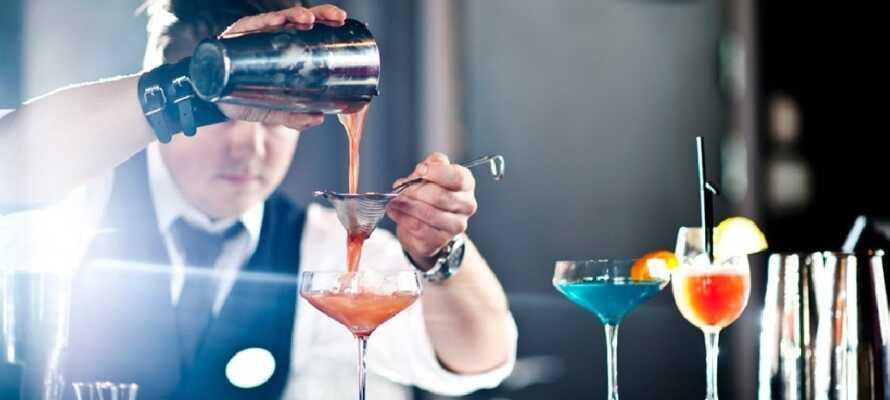 Slut dagen med en kold øl eller en farvestrålende drink i hotellets bar og lounge område.
