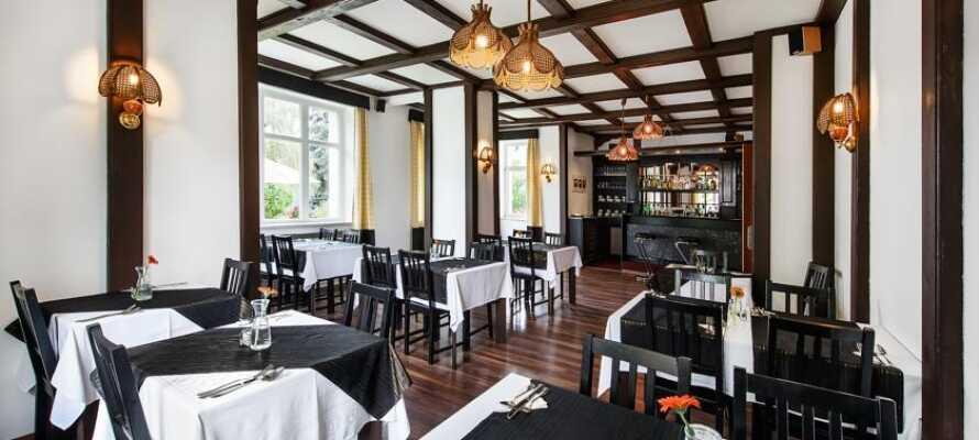 I hotellets egen restaurant serveres der middag, som kan nydes med et glas vin eller en lokal øl.