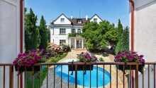 Hop en tur i hotellets udendørs pool