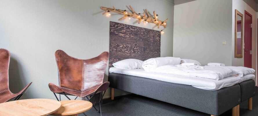 Værelserne er indrettet i nordisk stil og de har alle eget badeværelse med toiletartikler.