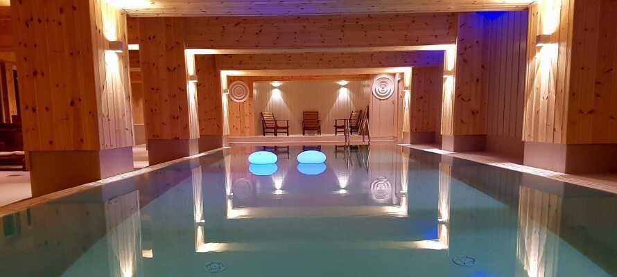 Under opholdet kan I bl.a. tage en dukkert i den nydelige indendørs swimmingpool og slappe af i saunaen.
