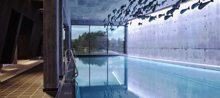 Skjem dere selv bort i hotellets velvære-avdeling med både innen- og utendørs svømmebasseng, badstue og massasjebehandlinger