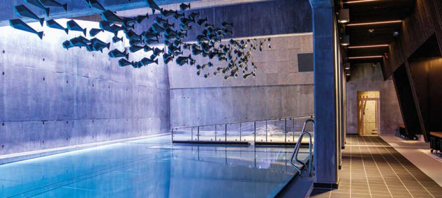 Skjem dere bort i hotellets velværeavdeling med både innen- og utendørs svømmebasseng, badstue og massasjebehandlinger.