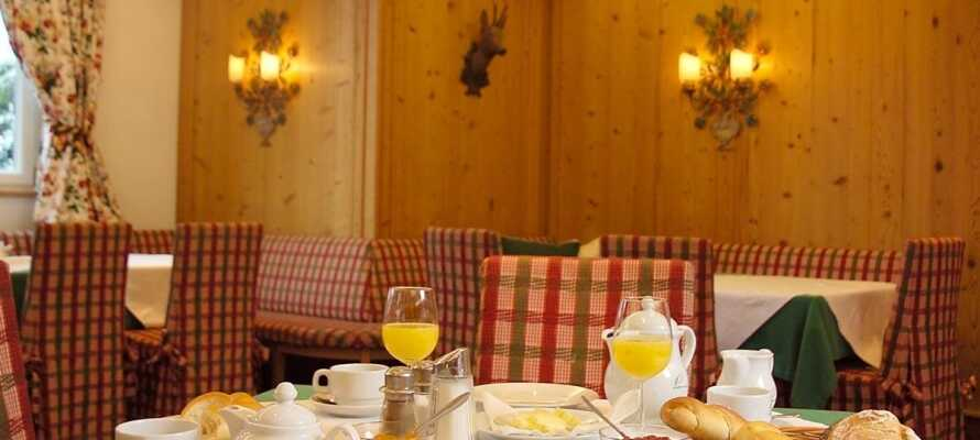 Start dagen med morgenbuffet i hotellets hyggelige restaurant, inden I bevæger jer ud på dagens eventyr