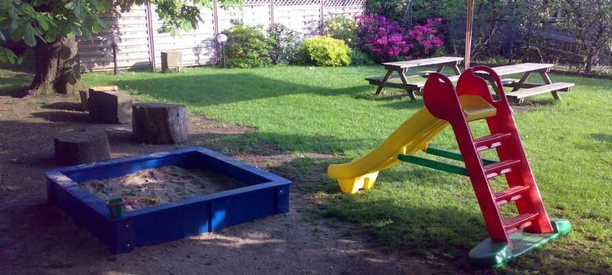 Efter en dag med aktiviteter, slap lidt af i hotellets have, hvor der også er en legeplads til de små.