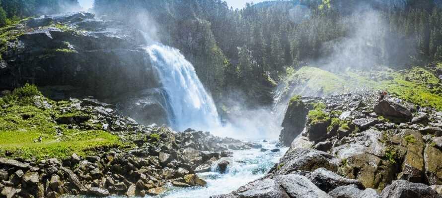 Oplev den brølende torden fra Østrigs højeste vandfald, Krimmler vandfaldene, som har en faldhøjde på hele 380 meter!