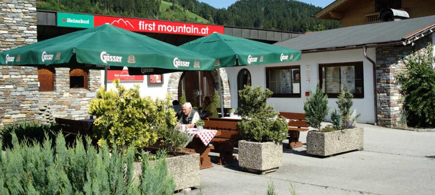 På hotellet serveres god østrigsk mad som enten kan nydes i restauranten eller på den hyggelige terrasse i haven.
