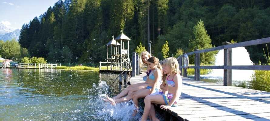Få hundrede meter fra hotellet ligger det skønne friluftsbad, Mountain Beach, hvor hele familien kan hygge sig om sommeren.