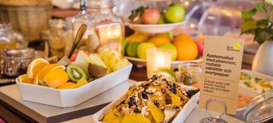 Börja dagen med hotellets smakrika och omfattande frukostbuffé.