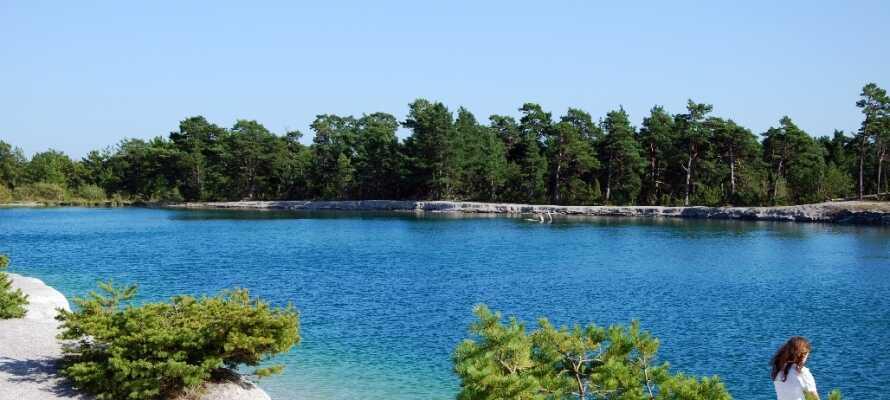 Det klara turkosa vattnet i Den Blå Lagunen förmedlar en känsla av en exotisk strandsemester.