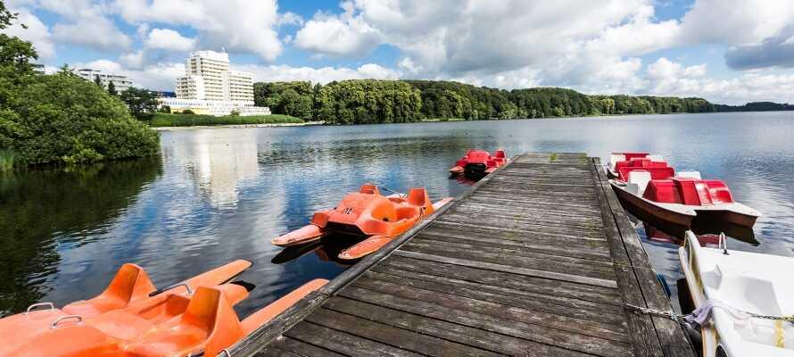 Området kring hotellet inbjuder till promenader i naturen där ni kan njuta av vattnet.