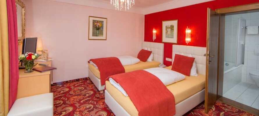 De rummelige værelser er indrettet i varme farver og her kan I rigtig slappe af efter en aktiv dag.
