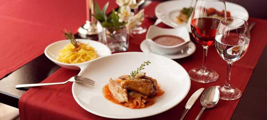 Nyd en all-inclusive ophold med et højt kulinarisk niveau i hotellets hyggelige restaurant.