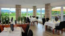 Hotellets restaurant serverer tyske specialiteter og har en hyggelig terrasse med udsigt