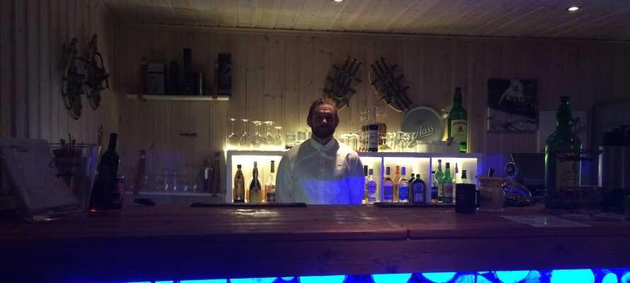 Ta en god drink i baren efter dagen på fjellet.