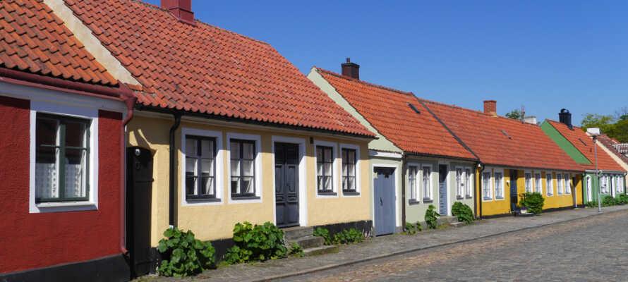 Hotell Svea ligger nere vid vattnet men ändå centralt i idylliska Simrishamn där husen små och välbevarade.