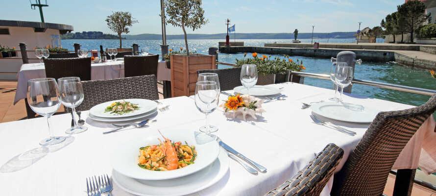 Middag kan nydes på den fine terrasse med udsigt ud over havet.