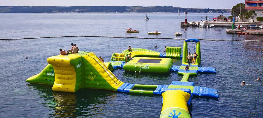 Nyd hotellets store swimmingpool eller ta' en dukkert i havet, bare et stenkast fra hotellet.