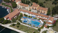 Det 3-stjernede hotel har både privat strand og en udendørs swimming pool