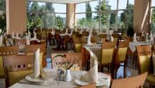 I hotellets hyggelige restaurant kan I nyde lokale specialiteter eller nyde en drink i baren.