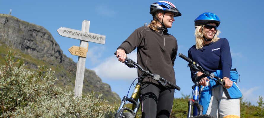 Om sommeren kan dere spille golf, tennis og sykle på fjellet.