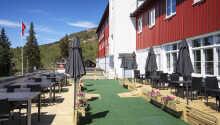 Hotellet ligger i naturskønne omgivelser, nord for Lillehammer, i Norge.