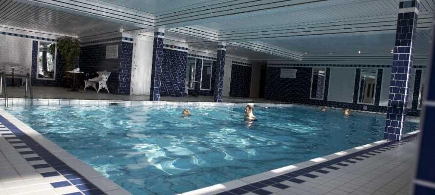 Ta en dukkert i hotellets innendørs-basseng