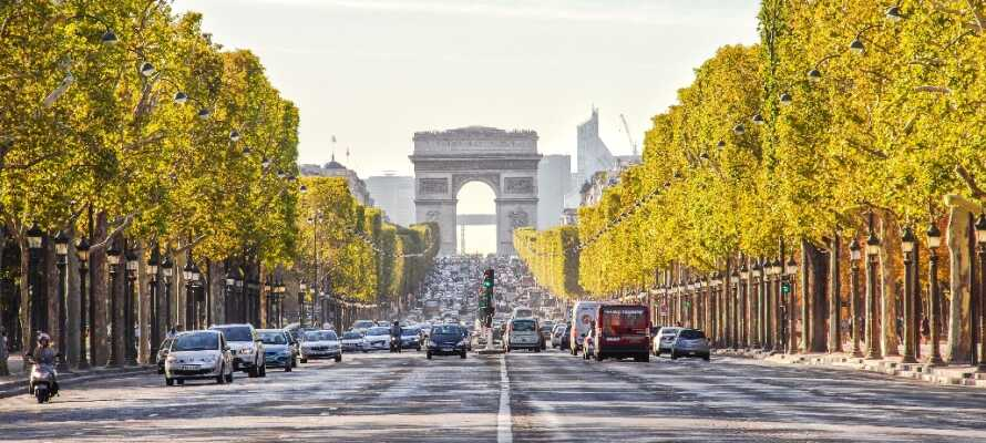 Nyd en slentretur på Champs Élysées, hvor I finder Triumfbuen i toppen og masser af butikker og caféer langs.
