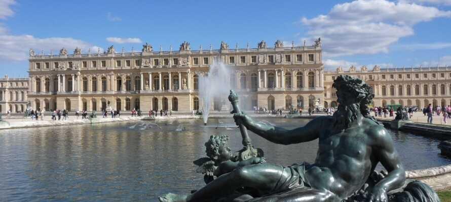 Lige udenfor byen ligger det imponerende Versailles kongeslot med den berømte spejlsal og de imponerende slotshaver.